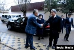 Prezidentlik uchun nomzod Narimon Umarov saylov uchastkasiga kirish oldidan