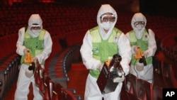 南韓為控制中東呼吸綜合症﹐6月16日工作人員在首爾文化中心消毒。