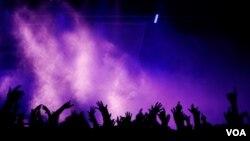 El consumo música grabada cayó 3% durante 2011 en todo el mundo, dejando unos ingresos globales cercanos a los $16.646 millones de dólares.
