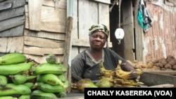Les femmes sur le marché informels à Goma, juillet 2016 (VOA/Charly Kasereka)
