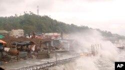 Gelombang kuat menghantam rumah-rumah di sepanjang garis pantai kota Catbalogan, provinsi Samar Barat, Filipina timur akibat Topan Vongfong,14 Mei 2020, sebagai ilustrasi. (Foto: AP/Simvale Sayat)