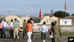 Гуантанамо. Субботя, 5 мая. Журналисты направляются в здание суда.