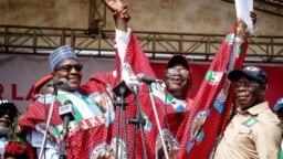 Shugaba Buhari tare da sabon gwamnan jihar Ekiti Dakta Kayode Fayemi da kuma shugaban jam'iyyar APC Adams Oshiomole a yayin yakin neman zabe a jihar Ekiti.