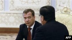 Prezident Dmitriy Medvedev immigrantlarning haydalishi uchuvchilar sudiga bog'liq ekanini rad etdi