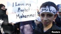 Almanya'nın Freiburg kentinde protesto gösterisi yapan Müslüman çocuklar