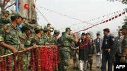 Binh sĩ theo phe Maoít đón chào Thủ tướng Nepal Madhav Kumar tại Chitwan, cách Kathmandu 80 kilomét về hướng tây nam, ngày 22 tháng 1, 2011