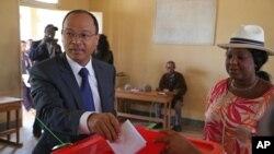 Edgard Razafindravahy vote lors de l'élection présidentielle à Antananarivo, Madagascar, 25 octobre 2013.