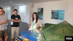 Presentasi mengenai siklus karbon di Pesta Sains 2015 IFI Surabaya. (VOA/Petrus Riski)