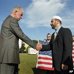 ٹیری جونز امام محمد مُسری کے مصافحہ کرتے ہوئے