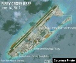 HÌnh ảnh vệ tinh việc xây dựng của Trung Quốc trên đảo đá Chữ Thập ở biển Đông. Washington cáo buộc Bắc Kinh tiến hành quân sự hóa trên vùng biển có tranh chấp này.