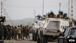 Pasukan penjaga perdamaian PBB berpapasan dengan pasukan pendukung Ouattara selagi mereka melintasi wilayah di pinggiran Abidjan (10/4).
