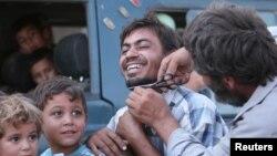 Một người đàn ông được giúp tỉa râu sau khi được sơ tán khỏi Manbij, Aleppo, nơi từng do Nhà nước Hồi giáo kiểm soát, ngày 12 tháng 8 năm 2016.