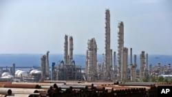 En esta imagen del 19 de noviembre de 2015 se muestra una vista general de un complejo petroquímico en el yacimiento de gas South Pars en Asaluyeh, Irán, en la costa norte del Golfo Pérsico. (AP Foto/Ebrahim Noroozi, Archivo)