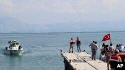 Kapal milik regu penyelamat berupaya melakukan pencarian korban di Danau Van, Turki timur, Rabu, 1 Juli 2020.