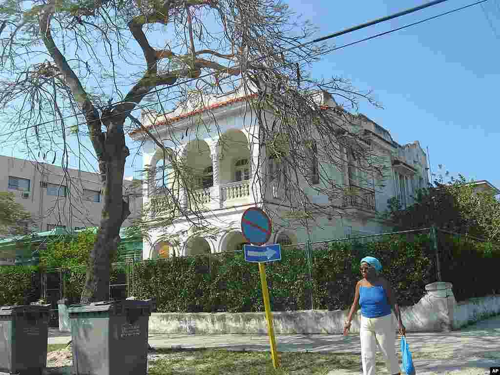 Những căn biệt thự như thế này tại La Habana làm người ta nhớ lại thời huy hoàng của thủ đô Cuba. 23-3-12 (VOA –Socolovsky)
