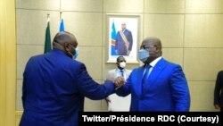 Jean-Pierre Bemba (G) apesi losaka na président Félix Tshisekedi na masolo na Palais de la nation, Kinshasa, 4 novembre 2020. (Twitter/Présidence RDC)
