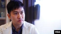 """台湾外省第三代的霍先生接受美国之音采访时谈论他的政治倾向如何""""由蓝转绿""""。"""