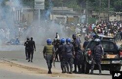 Des policiers loyaux à Gbagbo face à des partisans de Ouattara le 16 décembre 2010, à Abidjan