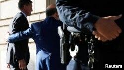 Майкл Флинн входит в здание окружного суда в Вашингтоне