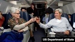 جان کری (راست) و وندی شرمن در بازگشت به آمریکا