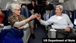 آقای کری و معاون وقت اش در یکی از سفرهای کاری، بعد از پایان توافق هسته ای ایران، لبی تر می کنند.
