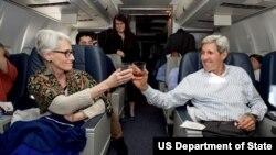 ابراز شادمانی جان کری و وندی شرمن در هواپیما در حال بازگشت به ایالات متحده پس از پایان موفقیت آمیز مذاکرات ۱۹ روزه اتمی در وین