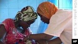 Une sage-femme montrant à une nouvelle mère comment allaiter son enfant