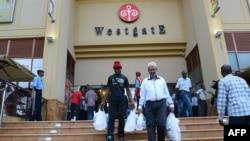 """内罗毕的""""西门""""购物中心开放,顾客购物后离开。"""