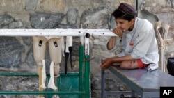 اسدالله داد محمد، کودک ۱۲ سالۀ است که هر دو پای خود را در اثر انفجار ماین از دست داده است