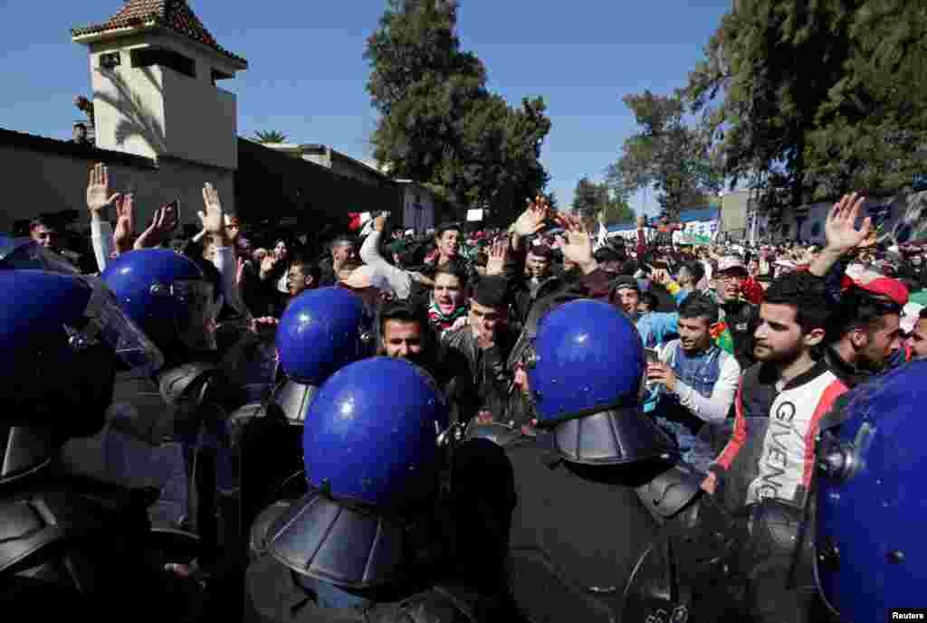 Polisi wakiwazuia wanafunzi katika chuo kikuu cha Algiers kumpinga Bouteflika kugombania mhula wa 5