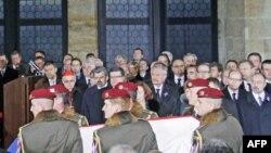 Почесна варта вносить домовину з тілом колишнього президента Вацлава Гавела до Празького замку