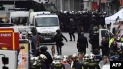 2015年11月18日法国消防队员和警察聚集在巴黎郊区圣丹尼