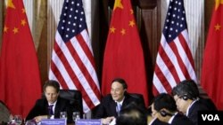 Menkeu AS Timothy Geithner (kiri) dan Wakil PM Tiongkok Wang Qishan dalam dialog bilateral AS-Tiongkok di Washington (9/5).