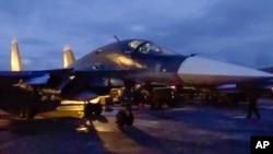 Pesawat jet tempur Rusia yang diparkir di pangkalan udara Hemeimeem di Suriah (15/3) bersiap kembali ke Rusia.