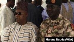 Janar Tukur Buratai cikin kayan soja tare da gwamnan jihar Borno Kashim Shettima