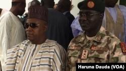 Gwamnan Borno Kashim Shettima daga hagu tare da hafsan sojojin Najeriya Janar Buratai
