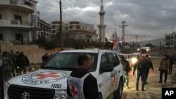 Foto dari International Committee of the Red Cross, yang bekerja sama dengan Bulan Sabit Merah Arab Suriah (SARC) dan PBB, menunjukkan konvoi yang membawa makanan, peralatan obat-obatan, selimut dan barang-barang lainnya yang dikirik ke Madaya, Suriah, Senin, 11 Januari 2016.