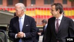 El vicepresidente de Estados Unidos, Joe Biden y el presidente español, José Luis Rodríguez Zapatero, a la derecha en la foto, quien solicitó la ayuda de Venezuela, .