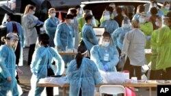 Zdravstveni radnici u Finiksu u Arizoni, pripremaju se da testiraju stotine građana na koronavirus, 27. jun 2020. (Foto: AP/Matt York)