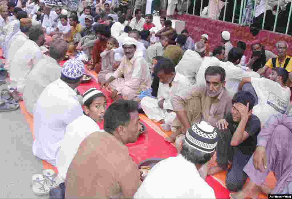 کراچی میں لگایا گیا ایک افطار دسترخوان