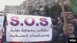 Manifestantes sirios demandan protección internacional humanitaria en Homs.