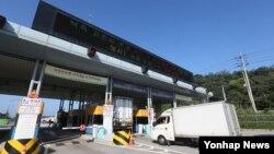 지난해 8월 경기도 파주시 경의선 남북출입사무소에서 개성공단 차량이 출경하고 있다. (자료사진)