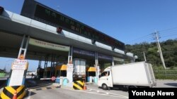 지난 8월 경기도 파주시 경의선 남북출입사무소에서 개성공단 차량이 출경하고 있다. (자료사진)