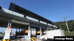 지난 17일 경기도 파주시 경의선 남북출입사무소에서 개성공단 차량이 변경된 '평양시'에 출경하고 있다.