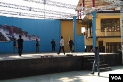 """达兰萨拉""""西藏表演艺术学院""""的学生们正在排演藏族歌舞。(美国之音朱诺拍摄,2016年11月5日)"""