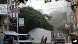가자지구의 팔레스타인들이 20일 이스라엘의 폭격을 피해 대피하고 있다