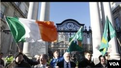 """Para pendukung partai politik """"kiri"""" Irlandia, Sinn Fein melakukan protes di Dublin atas paket penyelamatan ekonomi, Rabu 24 November 2010."""