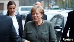 Angela Merkel, pemimpin Partai Persatuan Demokratik Kristen (CDU), tiba di kantor Masyarakat Parlemen Jerman sebelum pembicaraan mengenai pembentukan pemerintah Koalisi baru di Berlin, Jerman, 10 November 2017.