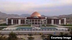 همزمان با حضور مقامهای ارشد امنیتی افغان به مجلس، ساختمان شورای ملی افغانستان هدف حملات راکتی قرار گرفت.