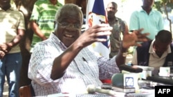 Leader of the former Mozambican rebel movement -- now opposition party -- Renamo, Afonso Dhlakama, gives a press conference, April 10, 2013, in Gorongosa's mountains, Mozambique.